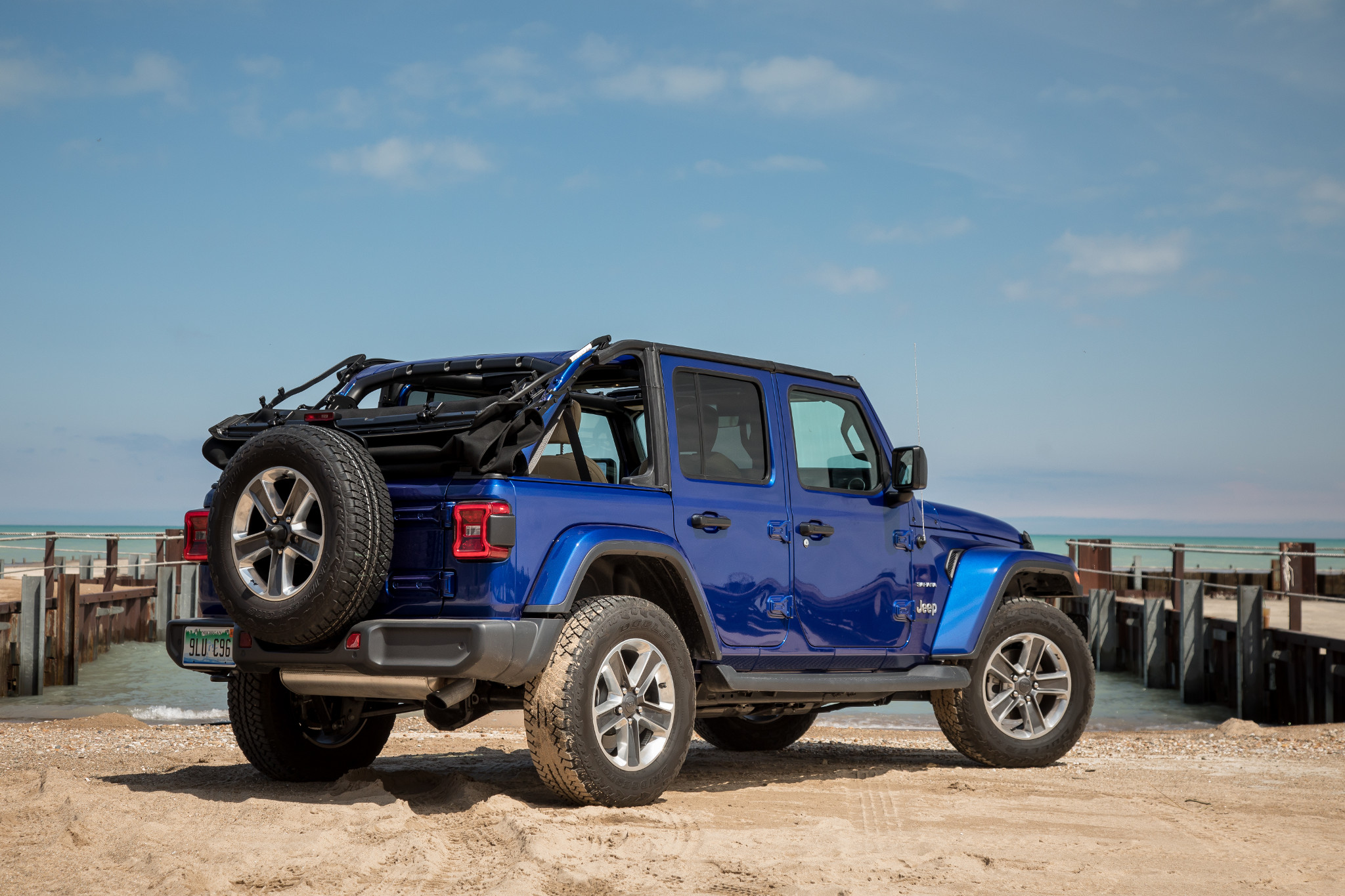 Jeep Wrangler Soft Top >> Why The Jeep Wrangler S Soft Top Is Way Better Now News