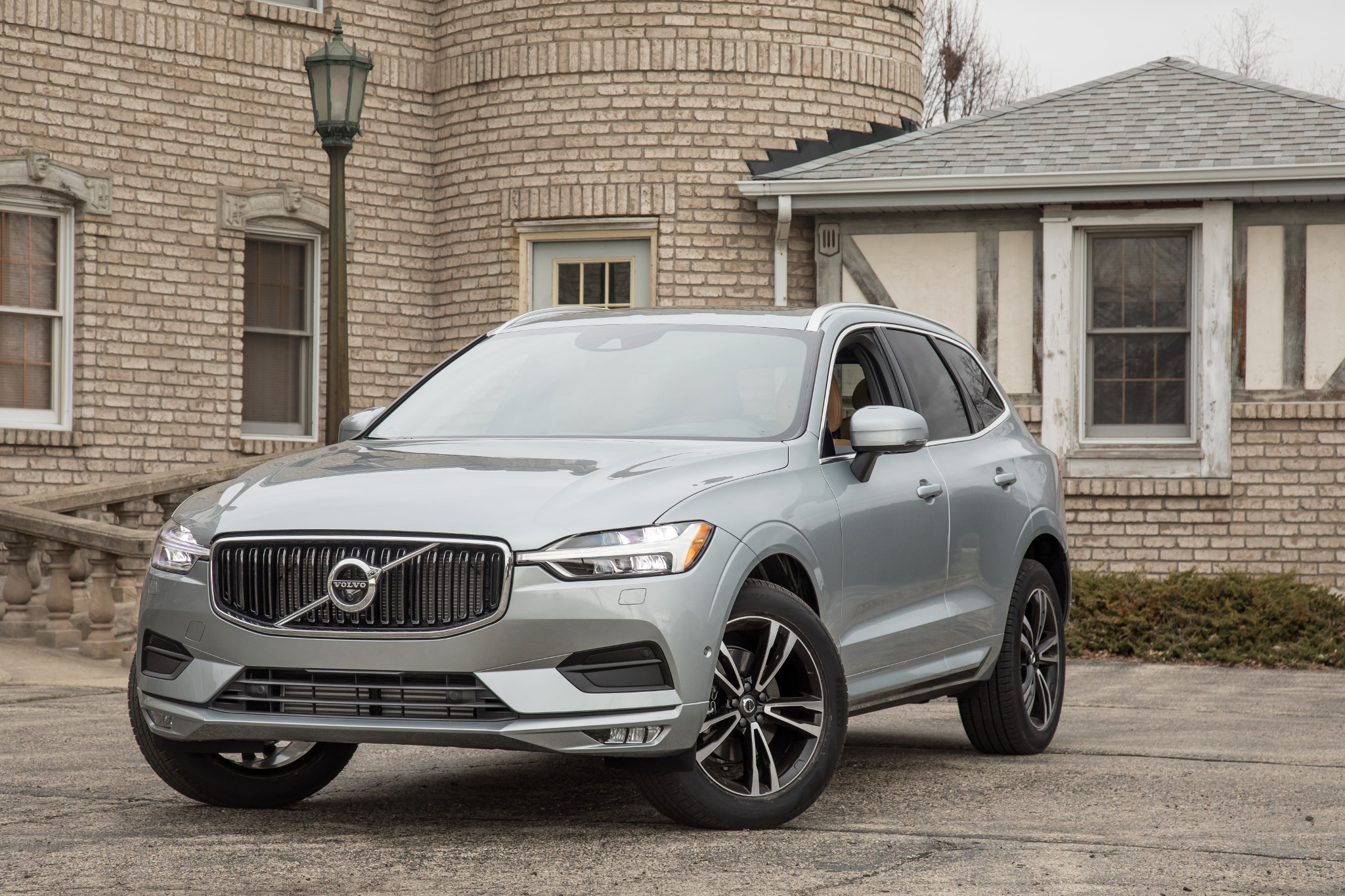 03-volvo-xc60-2018-angle--exterior--front--silver.jpg