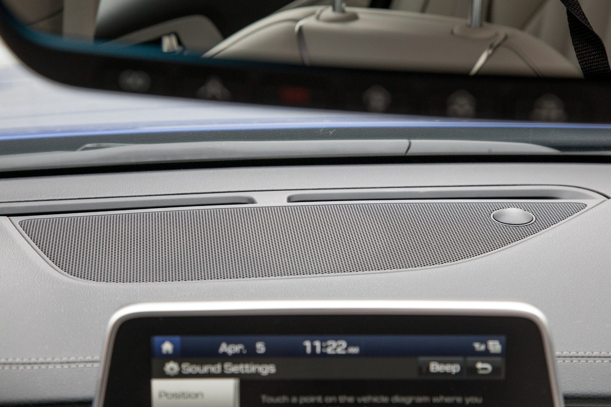 06-genesis-g70-2019-audio-system--dashboard--interior.jpg