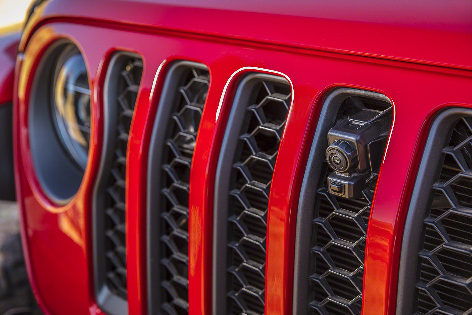 07-jeep-gladiator-2020-camera--detail--exterior--front--grille--red.jpg