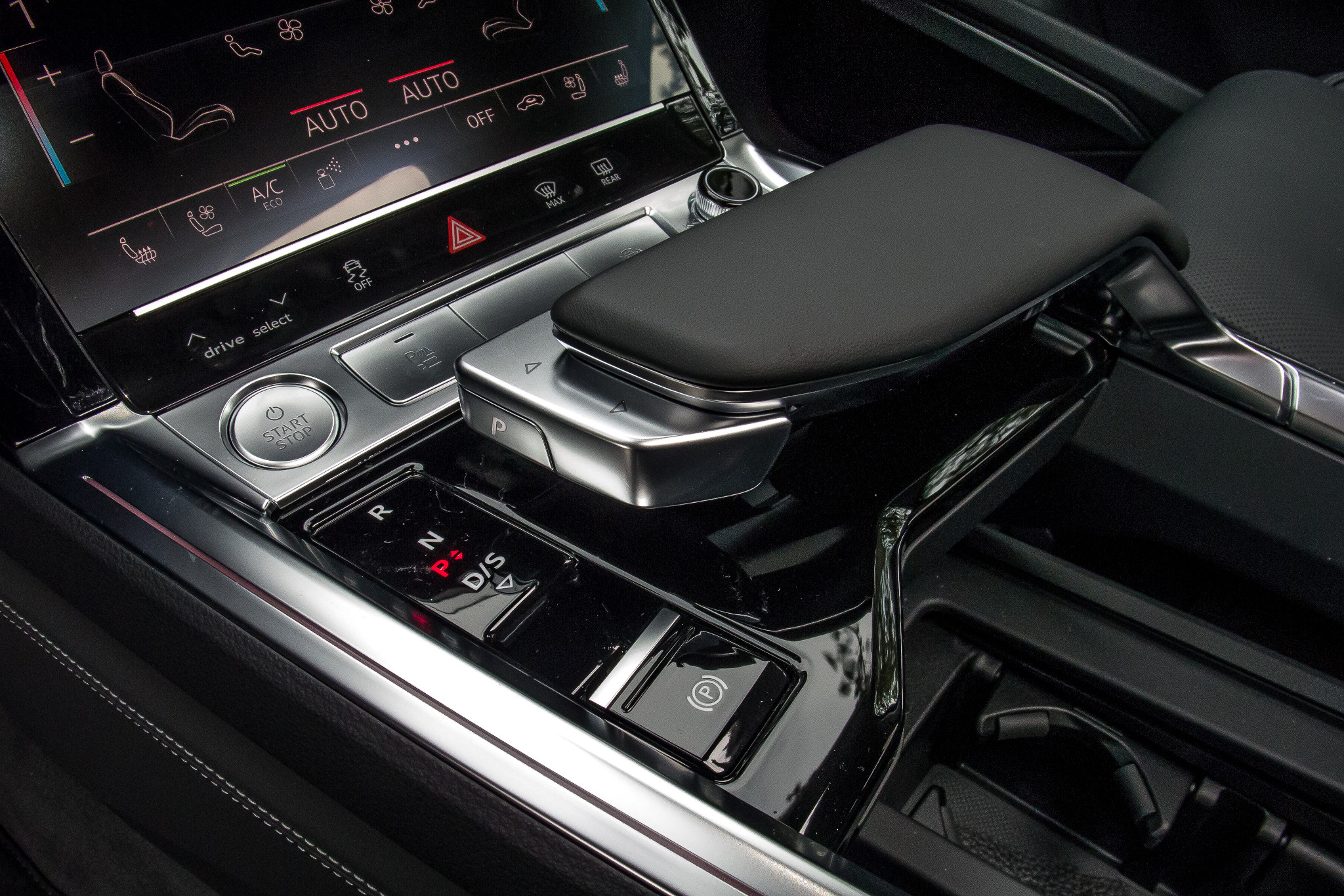 08-audi-e-tron-2019-center-console--front-row--interior.jpg