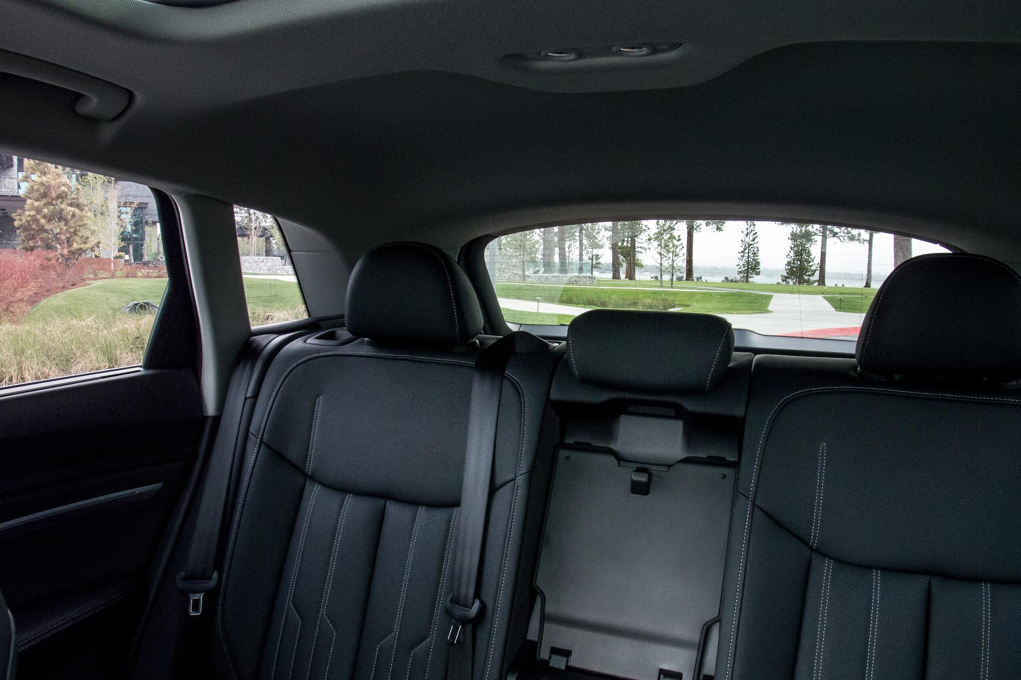 09-audi-e-tron-2019-interior--second-row.jpg