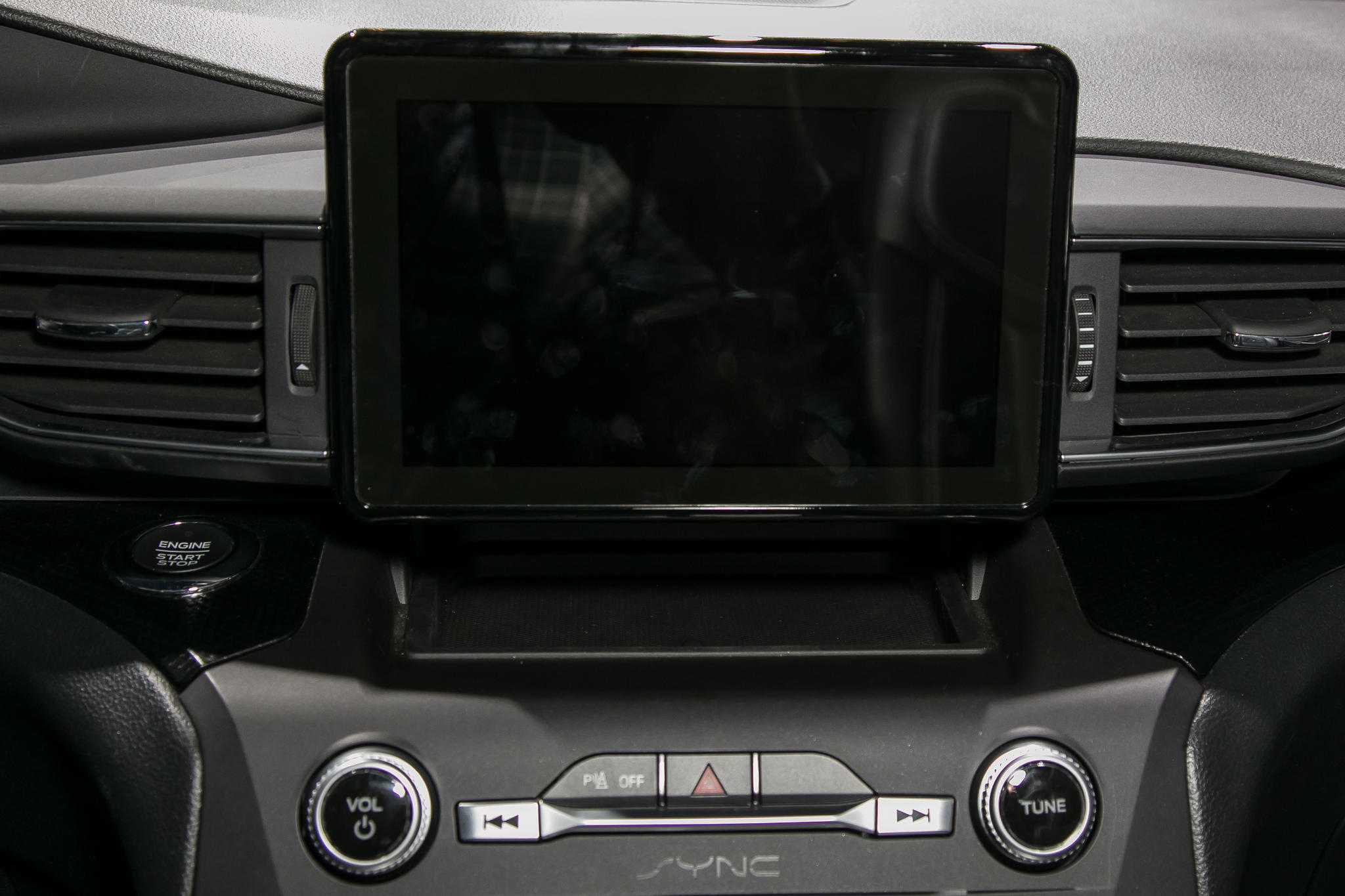 10-ford-explorer-19-nyias-2020-center-stack-display--front-row--interior.jpg