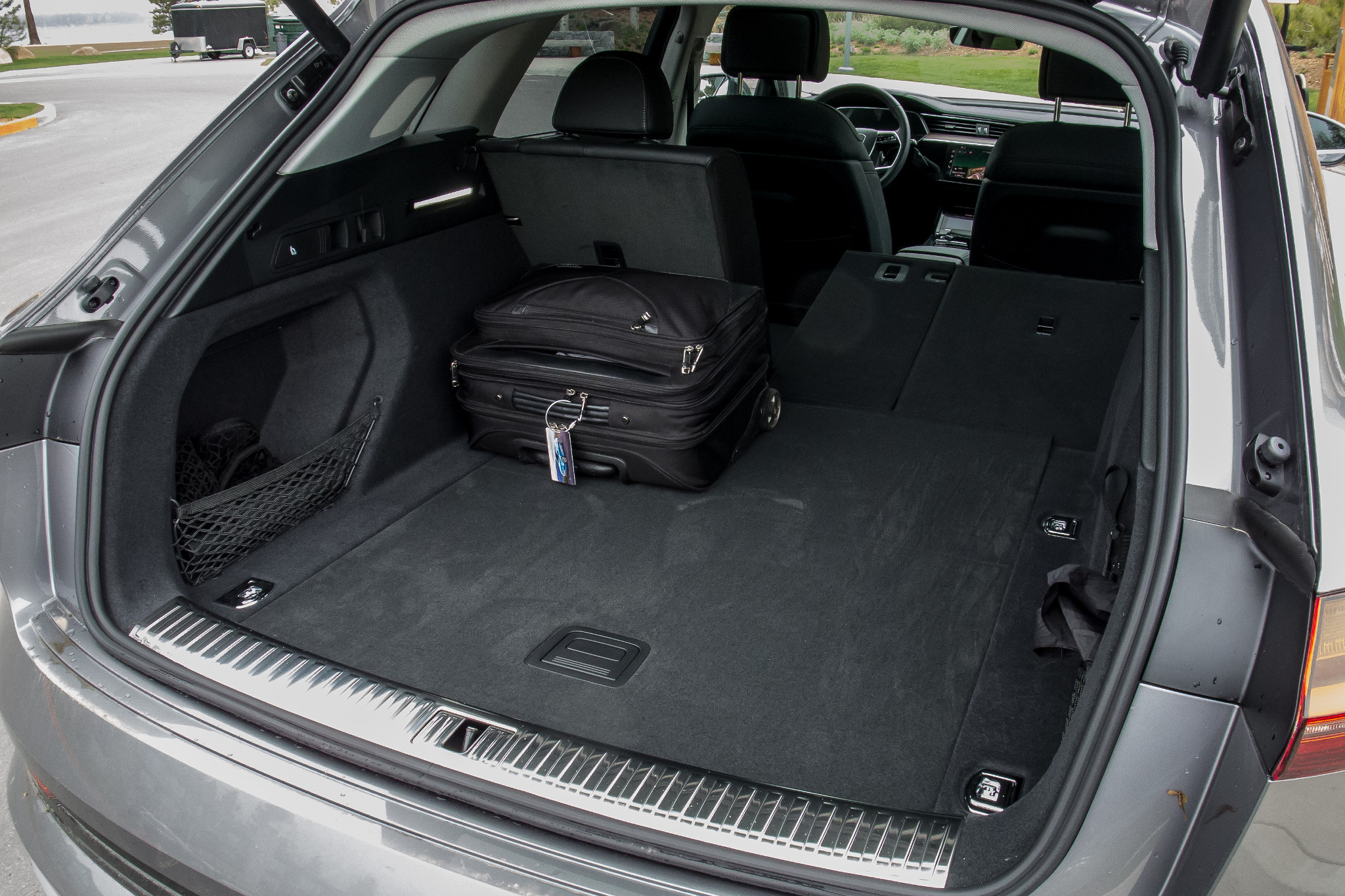 11-audi-e-tron-2019-folding-seats--interior--trunk.jpg