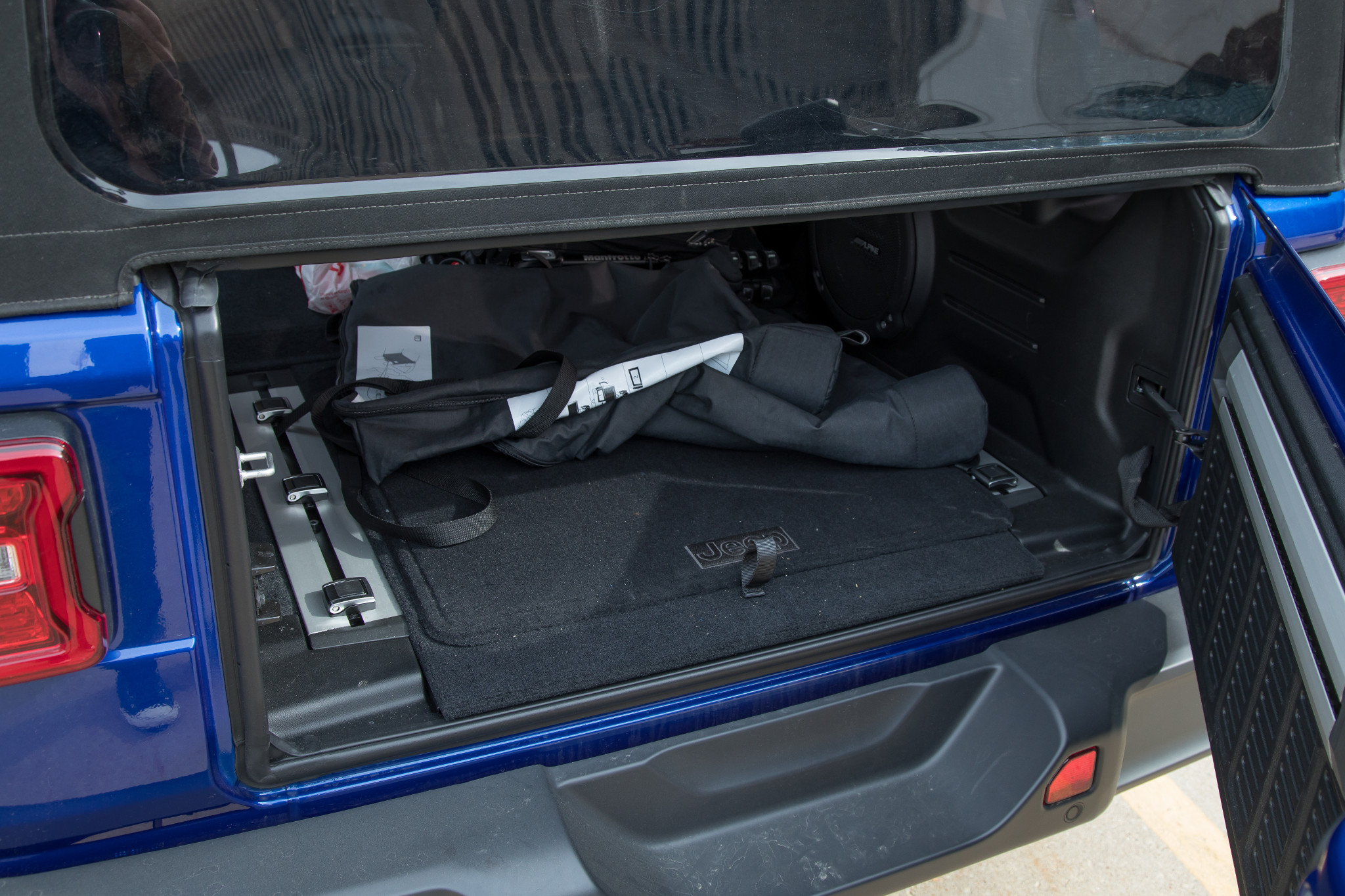 14-jeep-wrangler-2019-exterior--roof--storage--trunk.jpg
