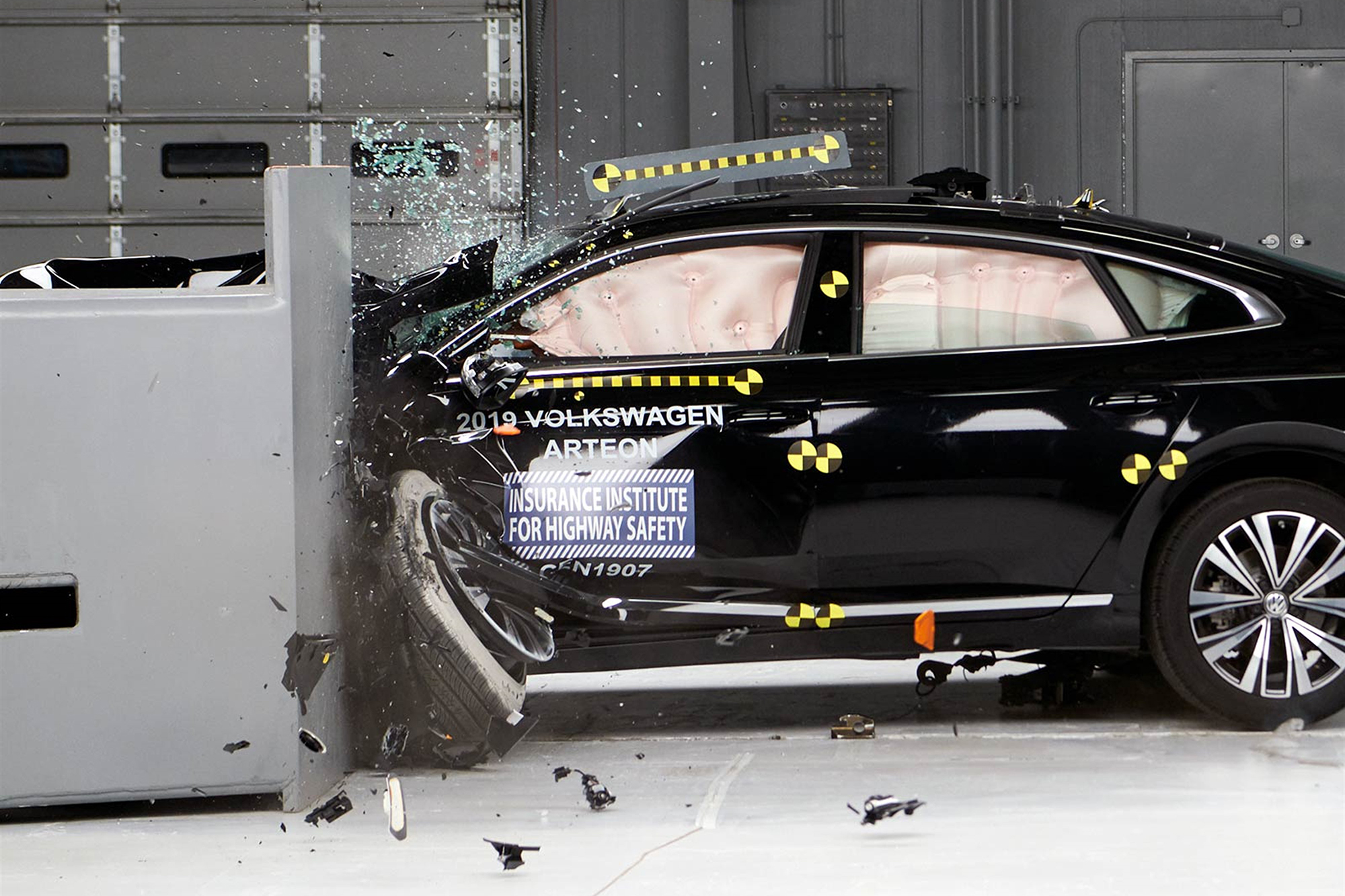 2019-Volkswagen-Arteon-black-crash-iihs-crash-test