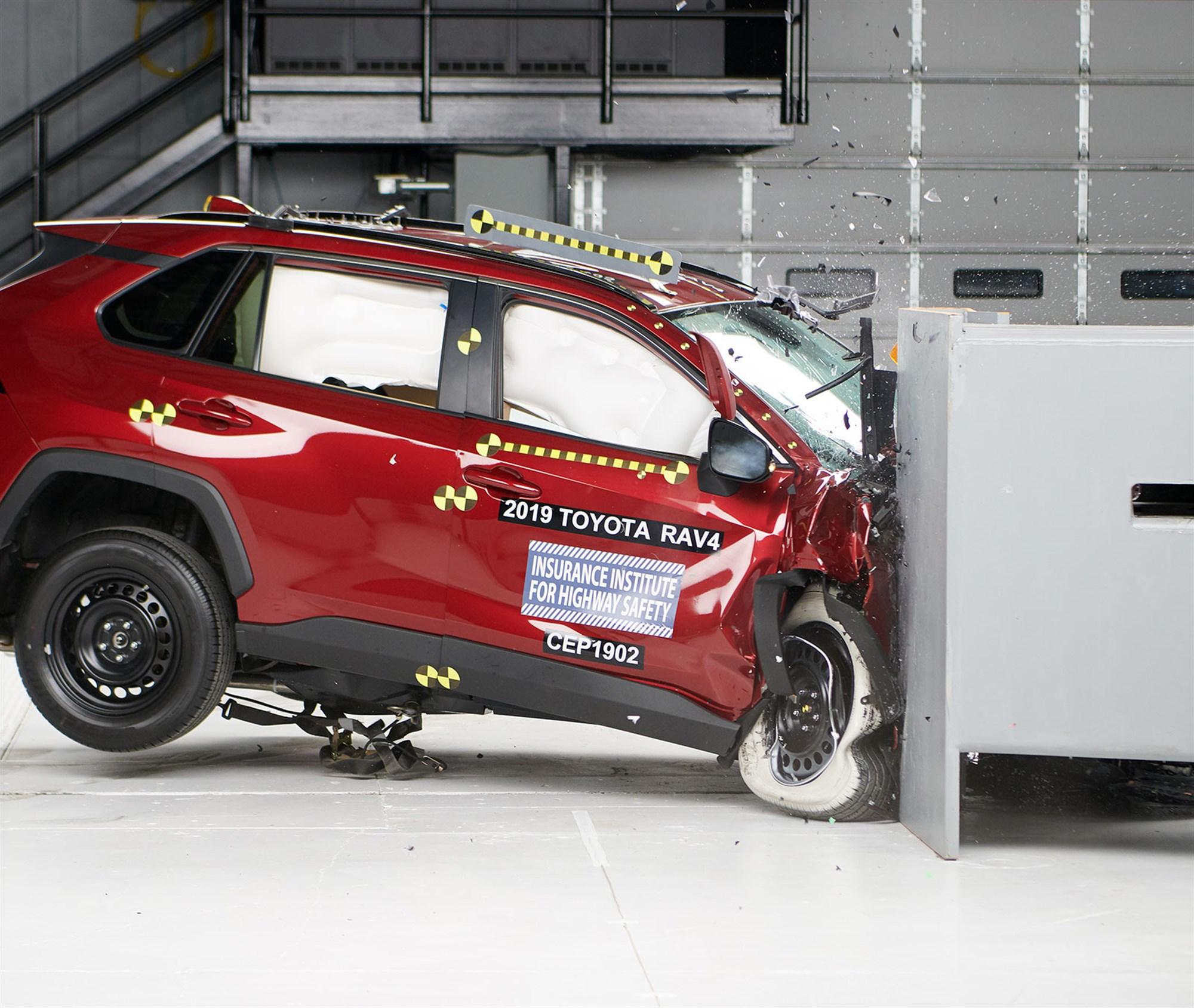 Toyota-RAV4-2019-red-dynamic-crash