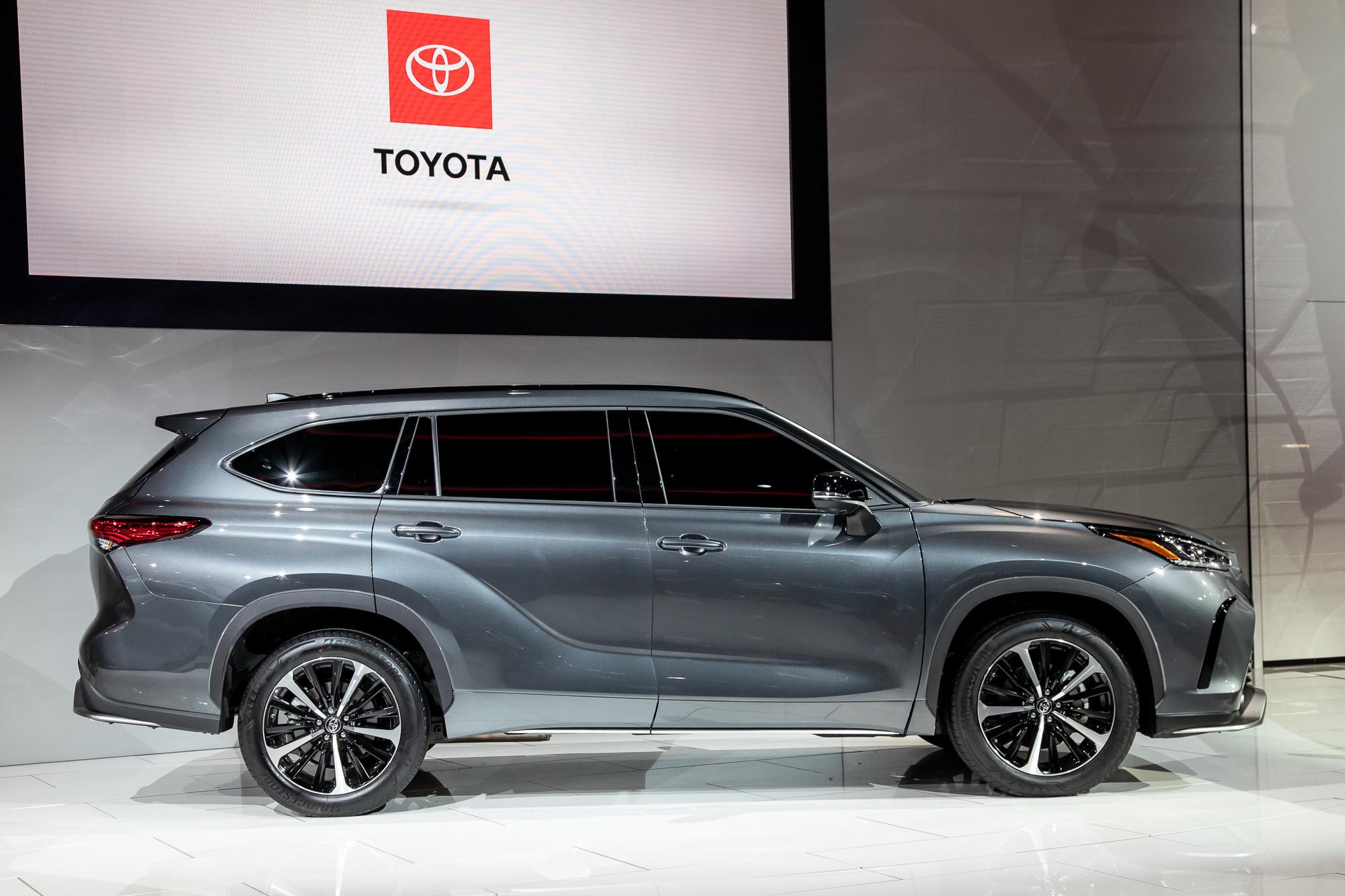 Toyota-highlander-2021-1-exterior--profile--silver.jpg