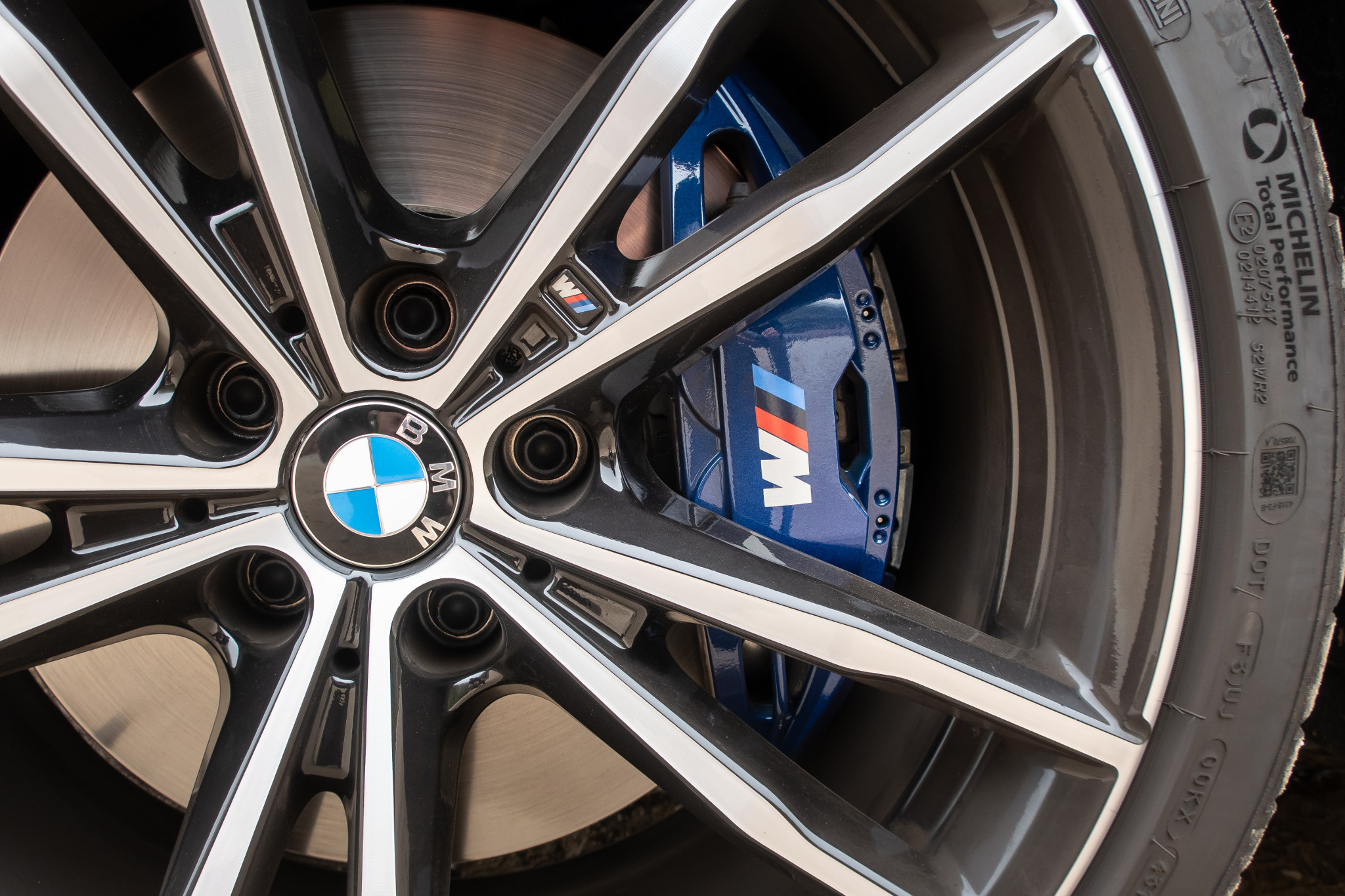 bmw-330i-2019-09-badge--blue--detail--exterior--wheel.jpg