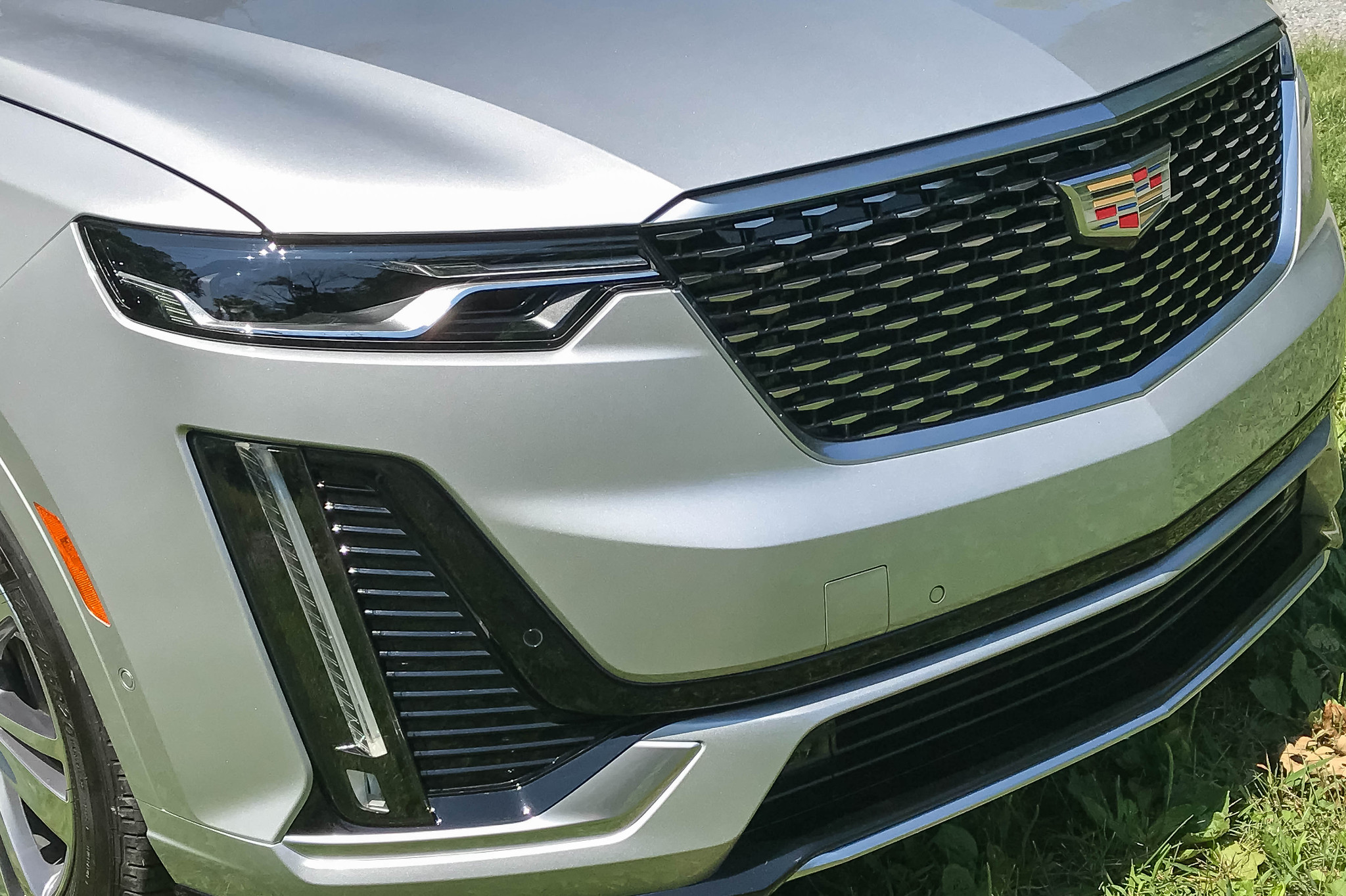 cadillac-xt6-2020-10-detail--exterior--front--grille--headlights--silver.jpg