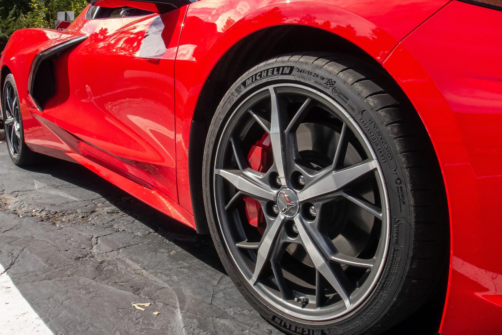 chevrolet-corvette-z51-2020-09-exterior--red--wheel.jpg