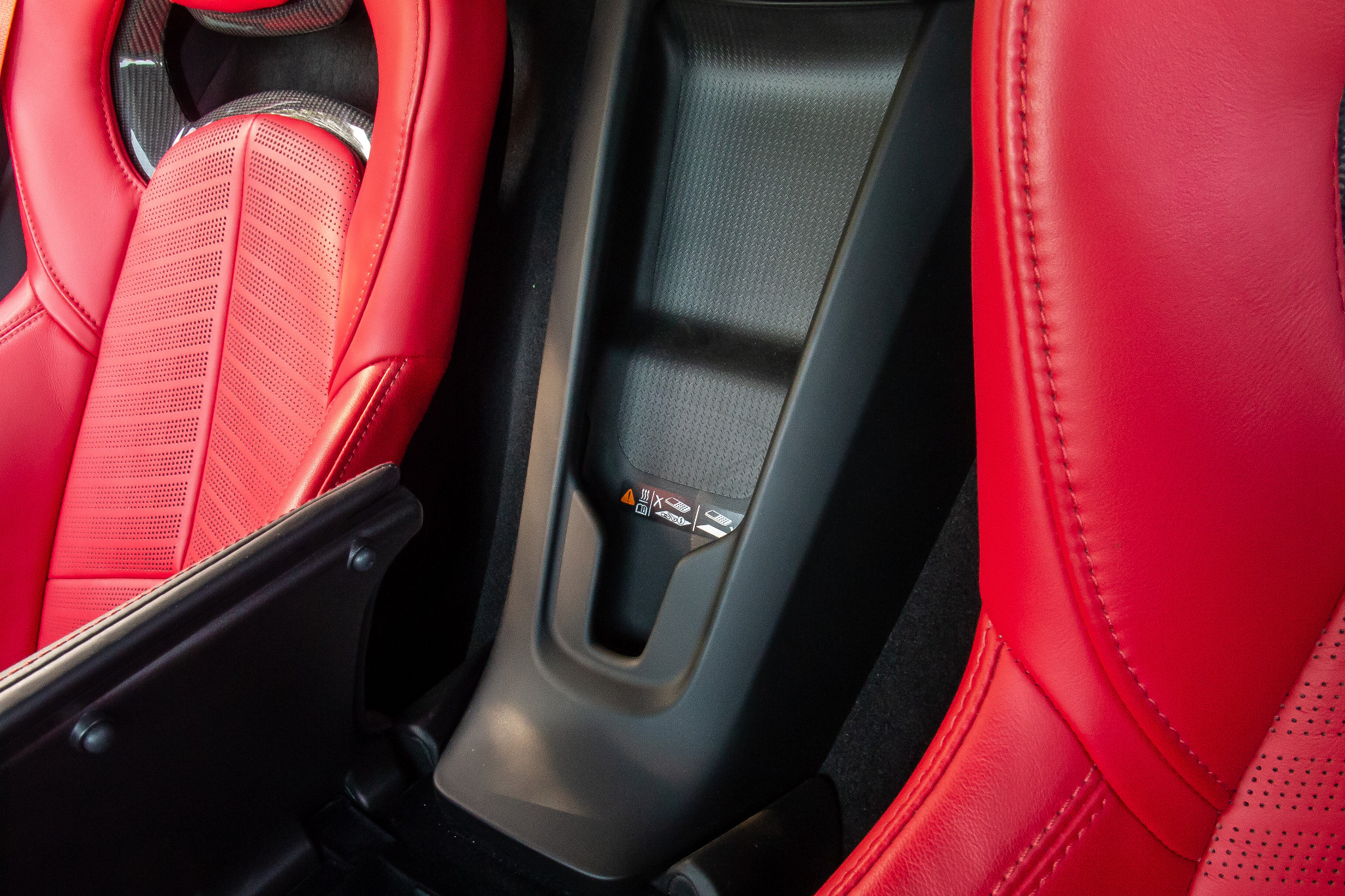 chevrolet-corvette-z51-2020-24-center-console--interior--wireless-charging.jpg