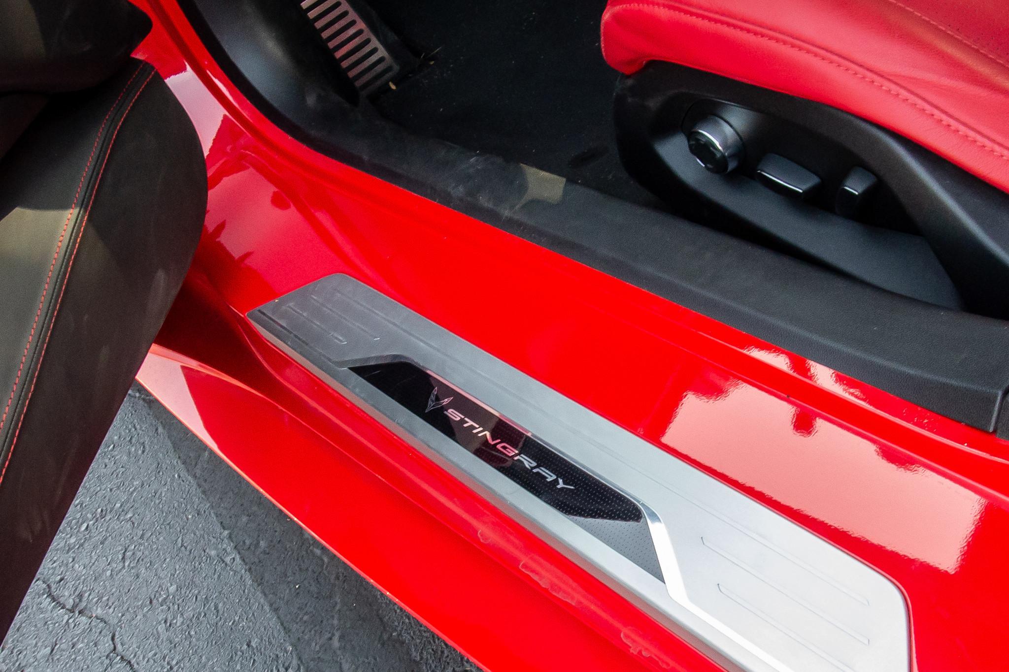 chevrolet-corvette-z51-2020-26-badge--doors--interior.jpg