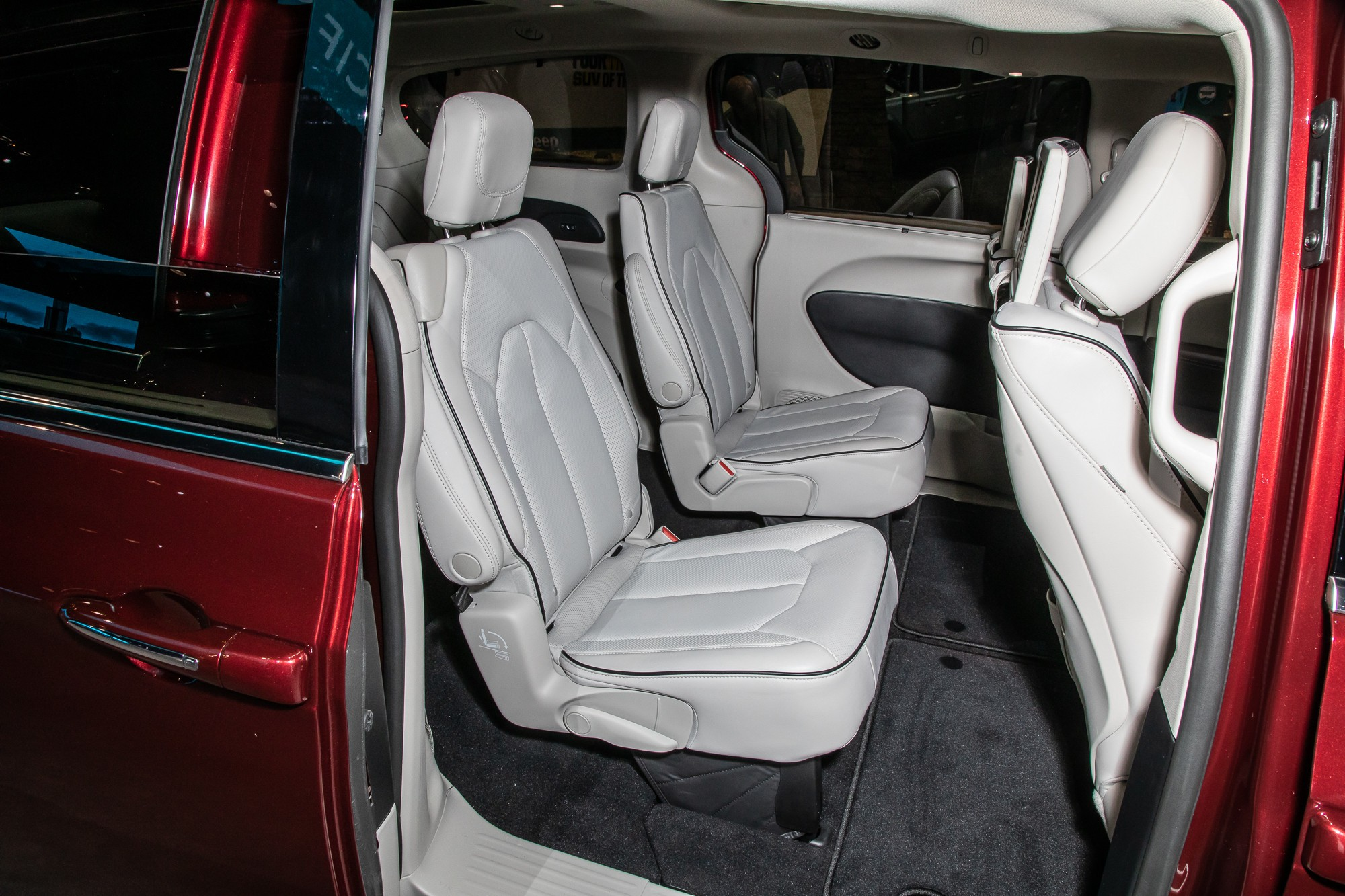 chrysler-pacifica-limited-2021-4-interior--second-row.jpg
