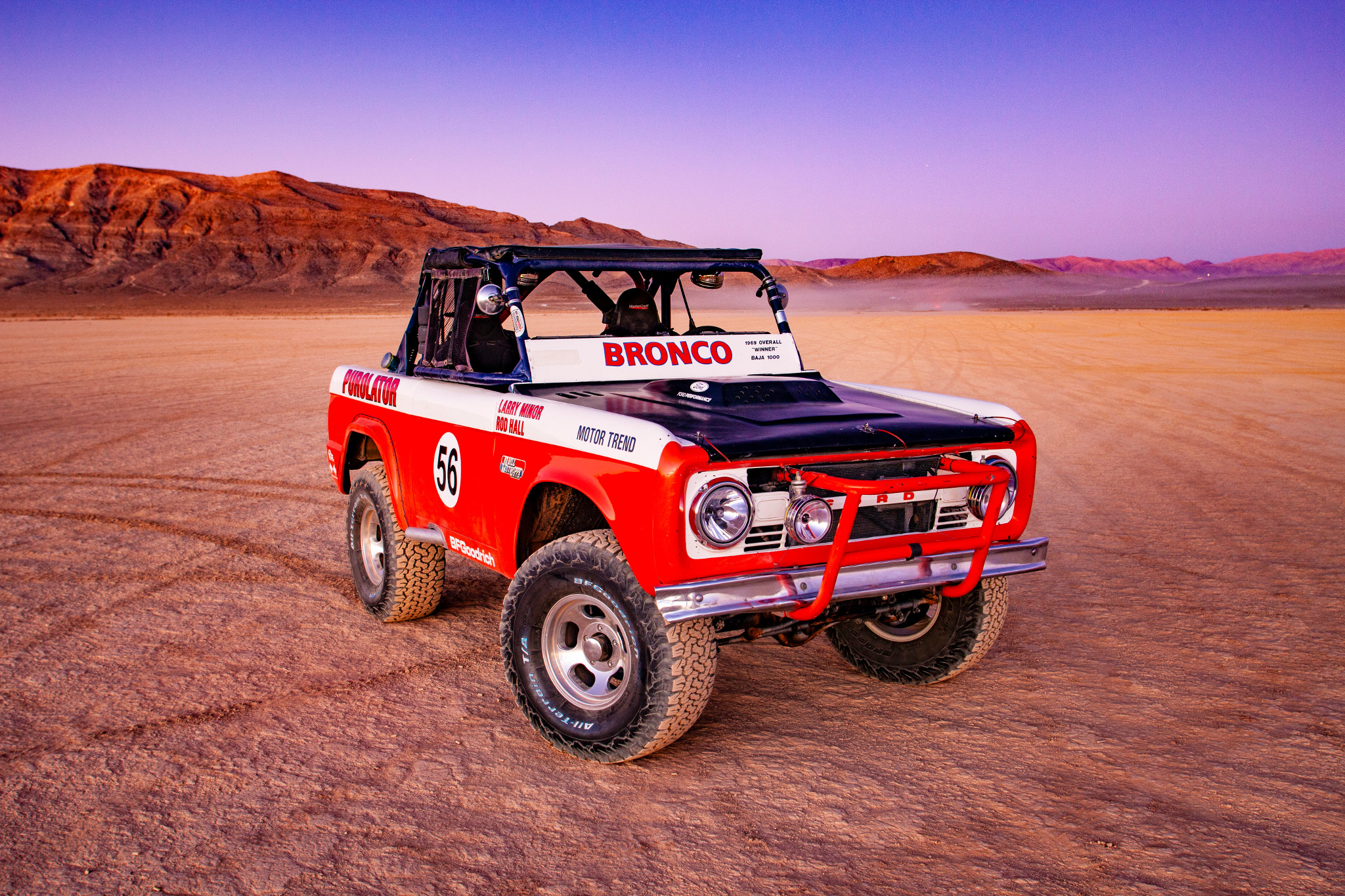 ford-baja-1000-bronco-1969-01-angle--black--desert--exterior--front--off-road--red--white.jpg