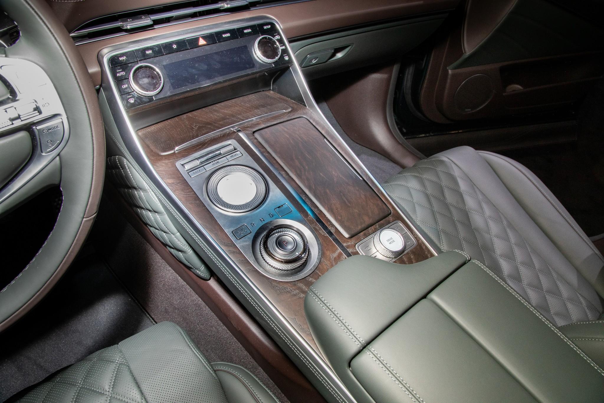 genesis-gv80-2021-14-center-console--front-row--interior.jpg