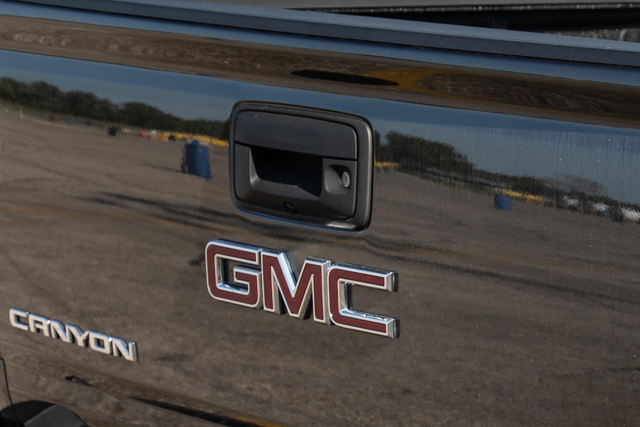 gmc-canyon-2019-19-badge--brown--exterior--rear.jpg
