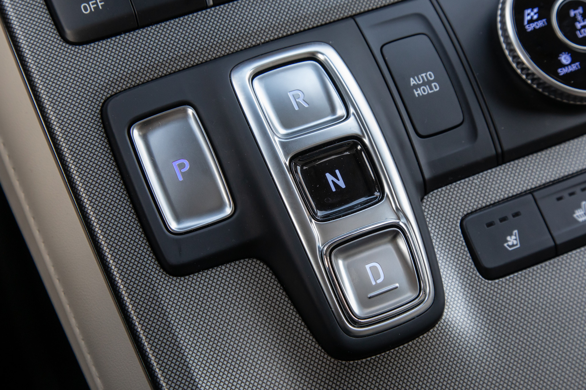 hyundai-palisade-2020-25-center-console--controls--detail--front-row--gearshift--interior.jpg