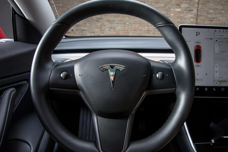 27-tesla-model-3-2018-interior--steering-wheel.jpg