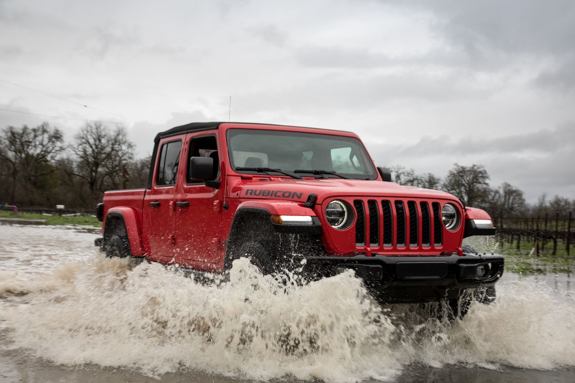 07-jeep-gladiator-rubicon-2020-dynamic--exterior--off-road--red-