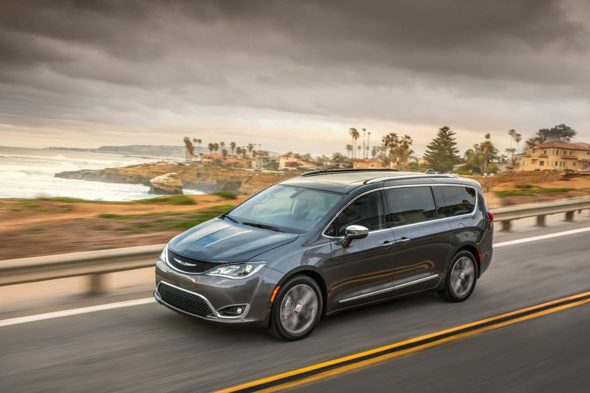 02-chrysler-pacifica-2019-angle--dynamic--exterior--front--grey-
