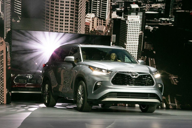 01-toyota-highlander-2020-angle--exterior--front--silver.jpg