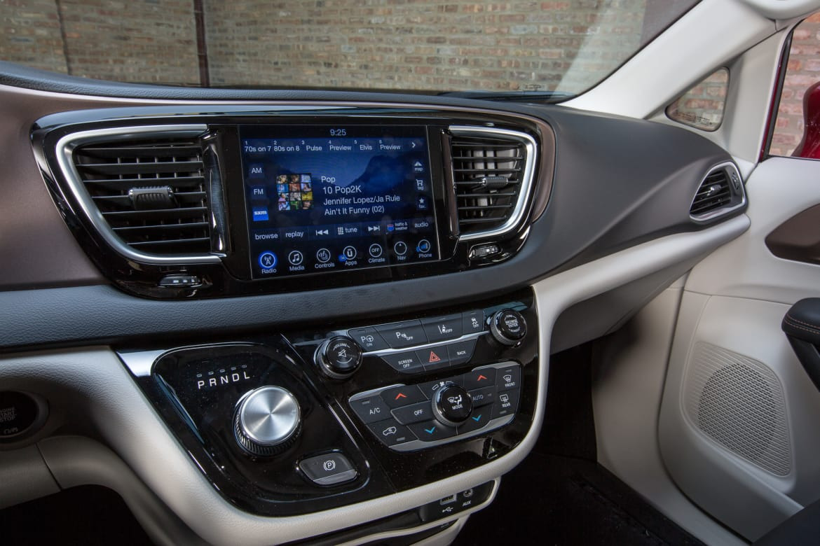 27-chrysler-pacifica-2017-accessories--center-stack--climate-con