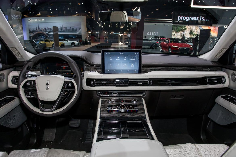 2020 Lincoln Navigator Price, Update, Interior >> Auto Show Face Off 2020 Cadillac Xt6 Vs 2020 Lincoln