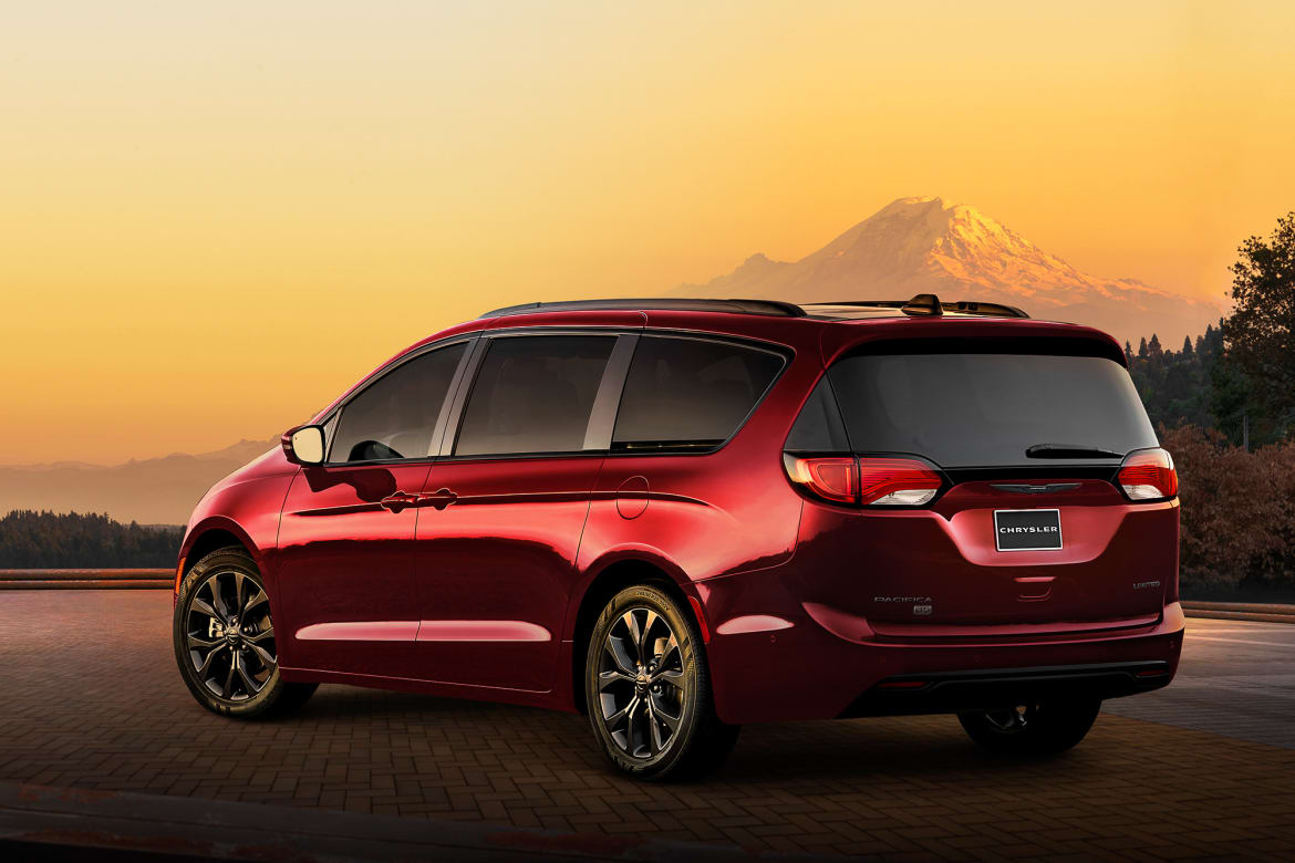 01-chrysler-pacifica-2019-angle--dusk--exterior--mountains--rear
