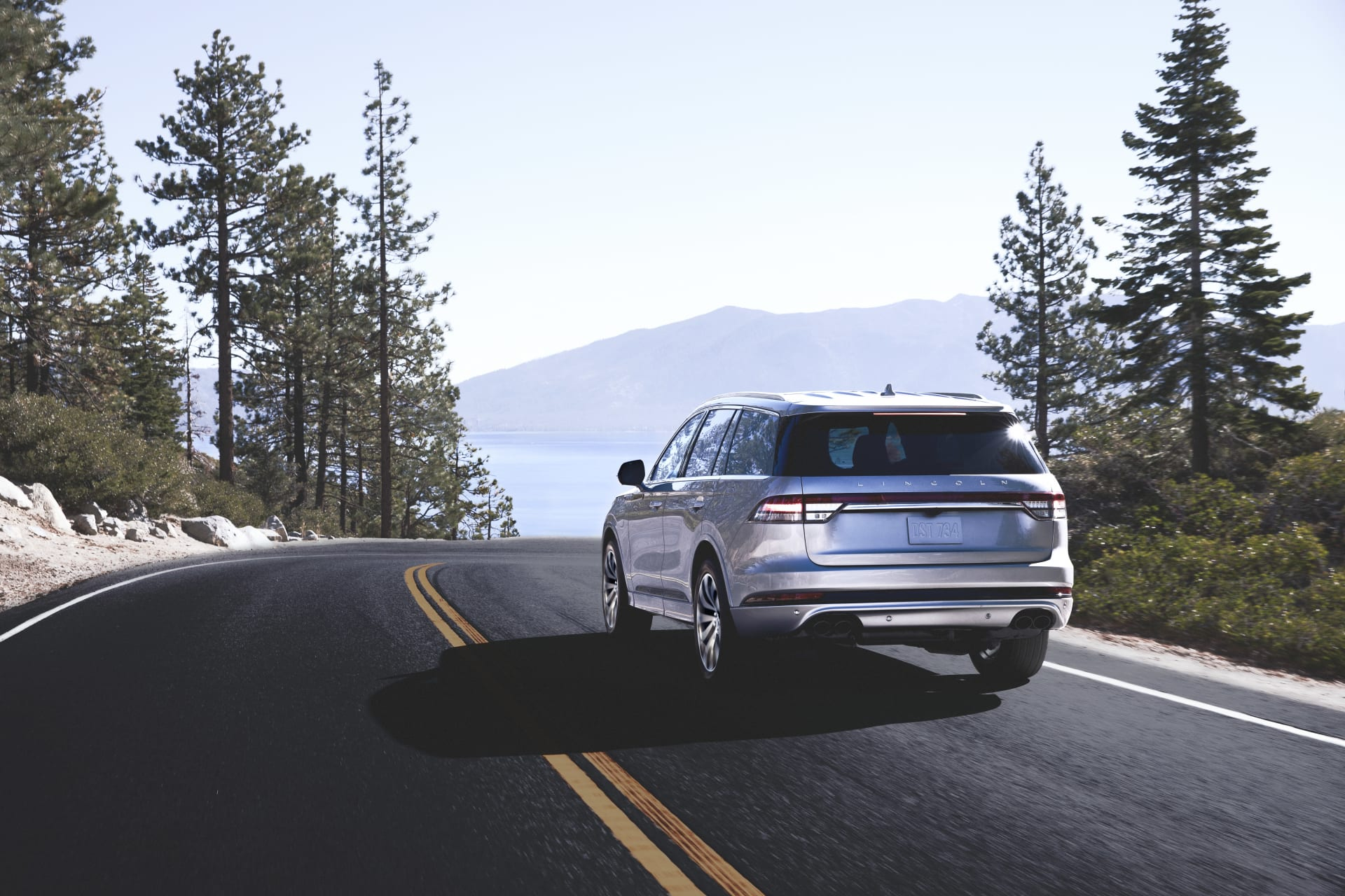 15-lincoln-aviator-2020-angle--dynamic--exterior--mountains--out