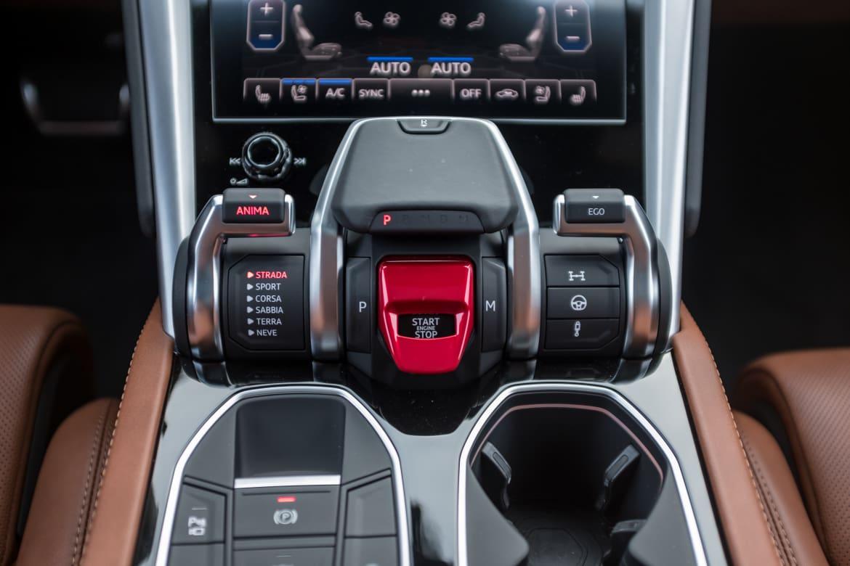 22-lamborghini-urus-2019-center-console--gearshift--interior.jpg