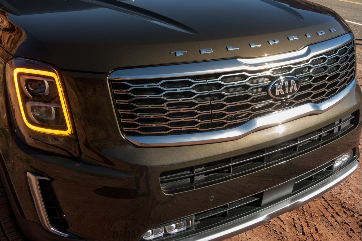 03-kia-telluride-2020-badge--exterior--front--green--grille--hea