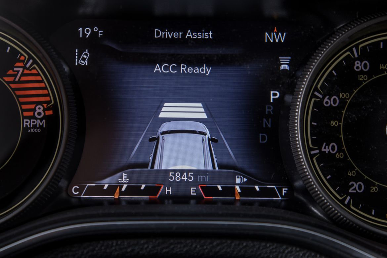 19-jeep-cherokee-2019-instrument-panel--interior--safety-tech.jp