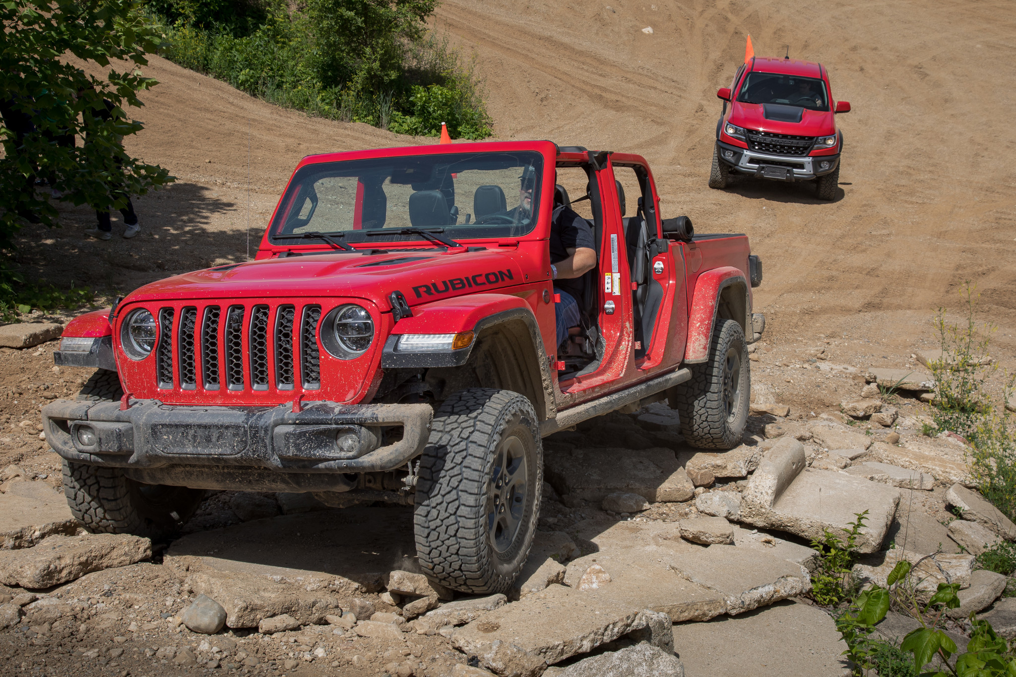 jeep--chevrolet-colorado-zr2-bison-and-gladiator-2019--2020-04-angle--dynamic--front--off-road--red.jpg