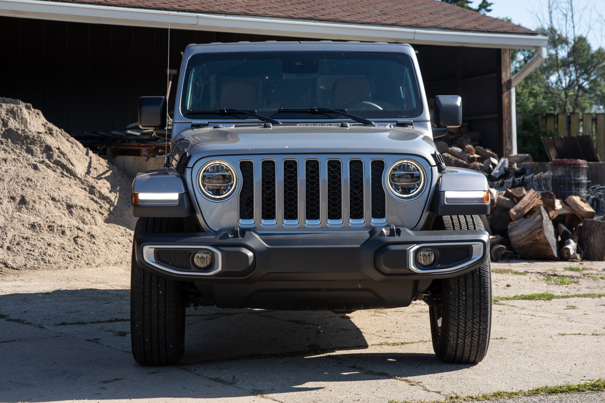 jeep-gladiator-2020-08-exterior--front--silver.jpg
