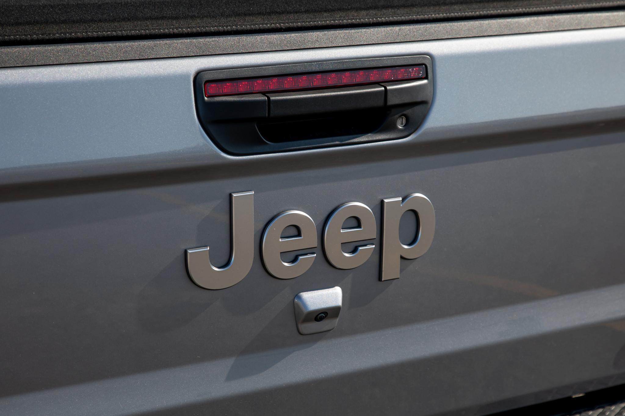 jeep-gladiator-2020-25-badge--exterior--rear--silver.jpg