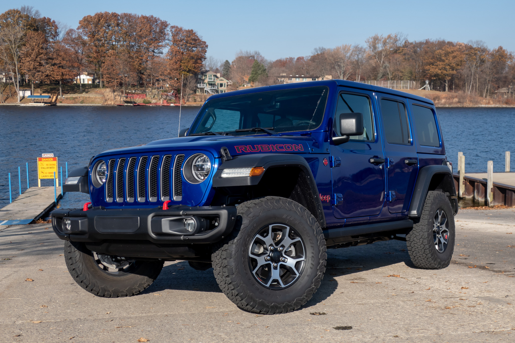 jeep-wrangler-ecodiesel-2020-02-angle--blue--exterior--front.jpg
