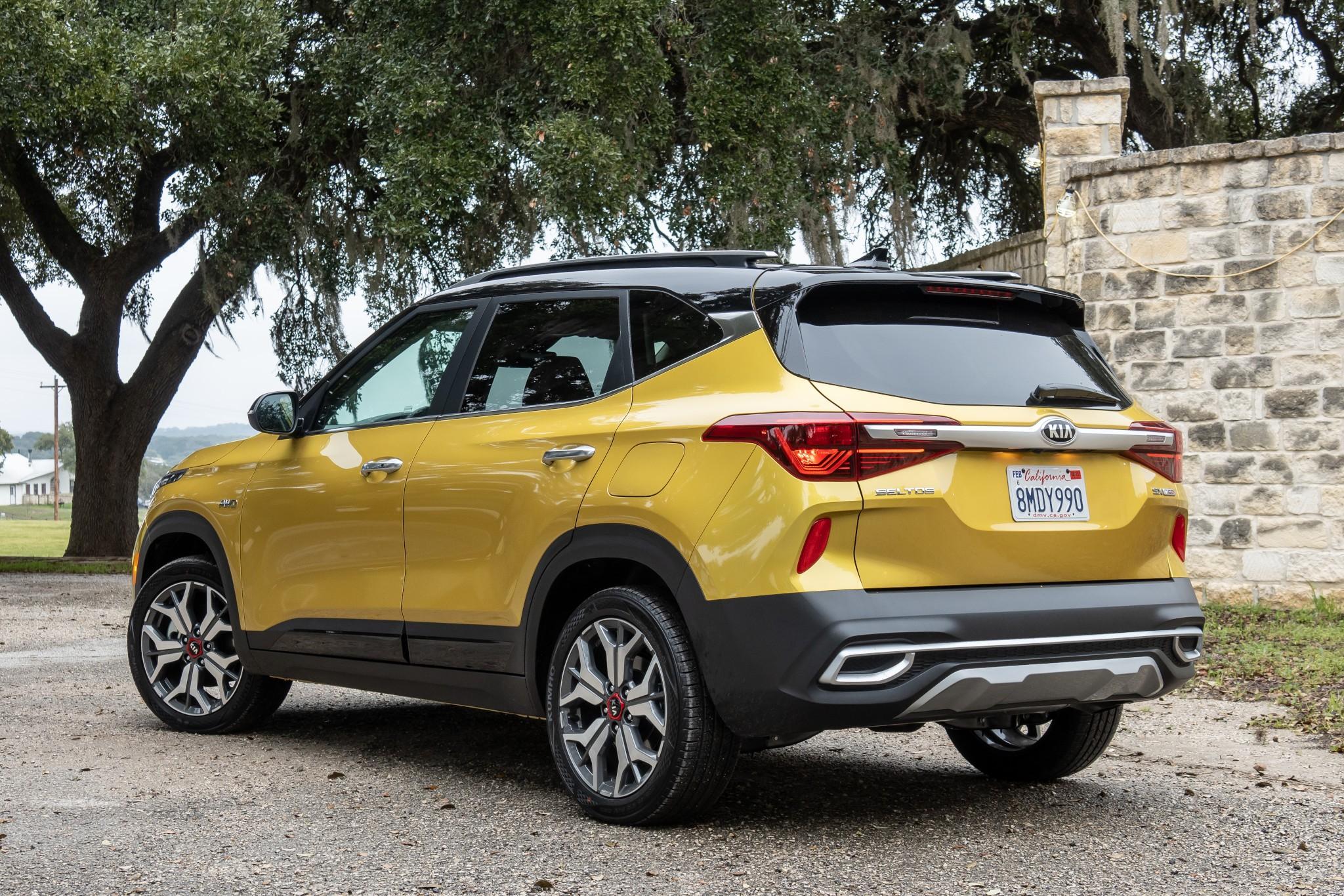 kia-seltos-2021-15-angle--exterior--gold--outdoors--rear.jpg