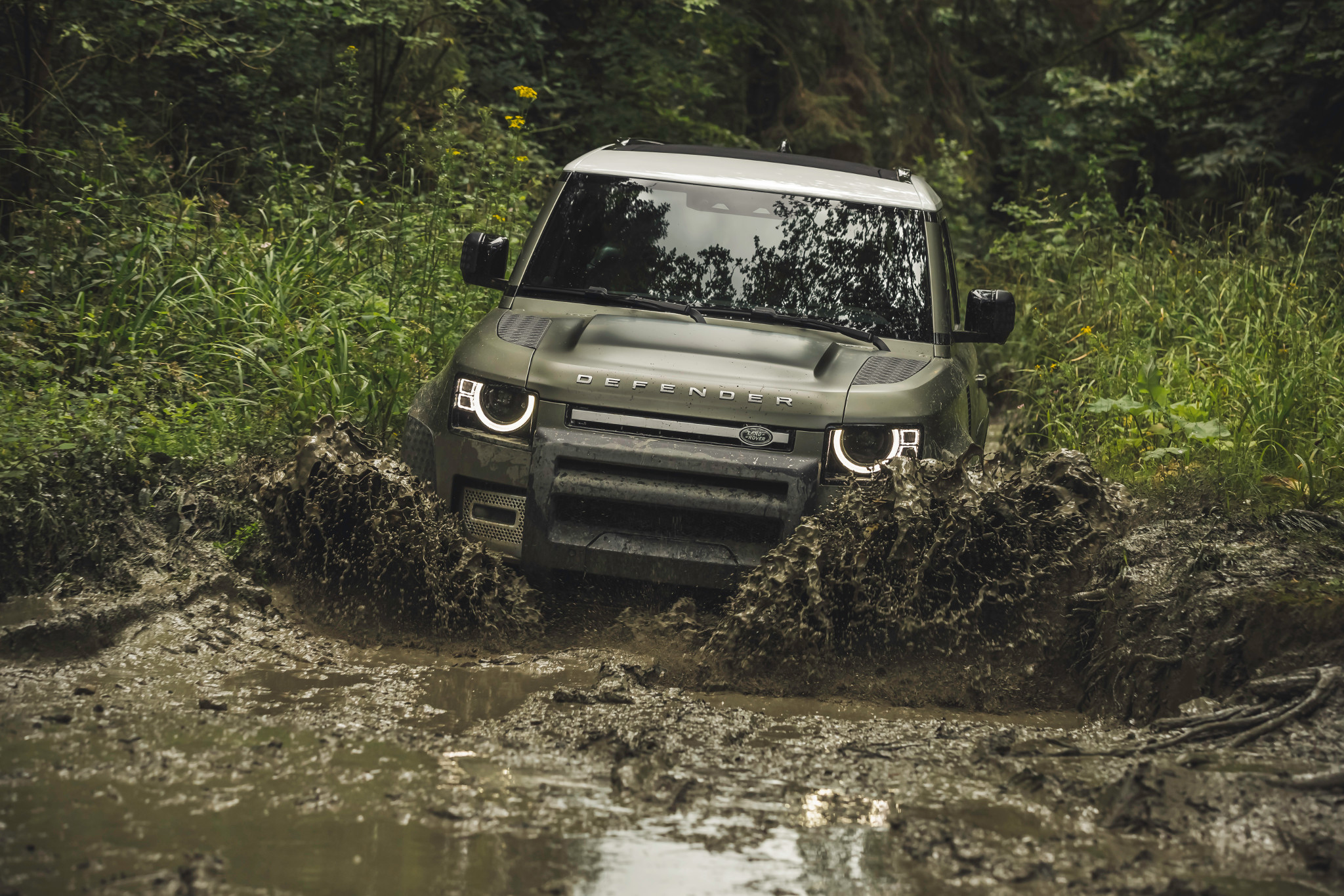 land-rover-defender-2020-02-angle--dynamic--exterior--front--green--off-road.JPG