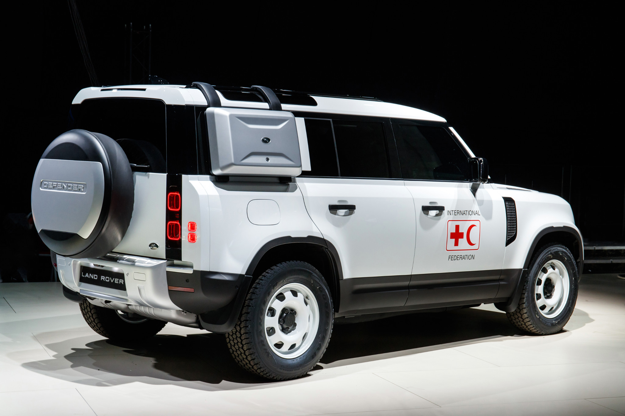 land-rover-defender-2020-03-angle--exterior--rear--white.jpg