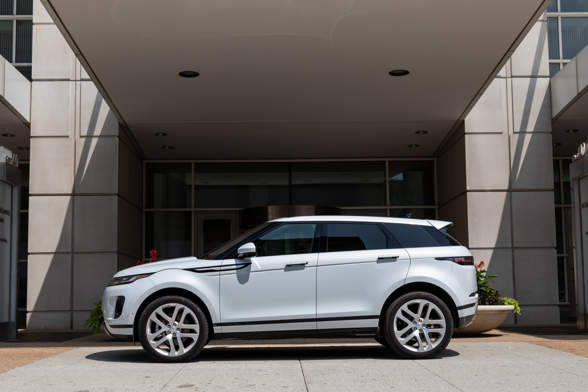 land-rover-range-rover-evoque-2020-05-exterior--profile--white.jpg