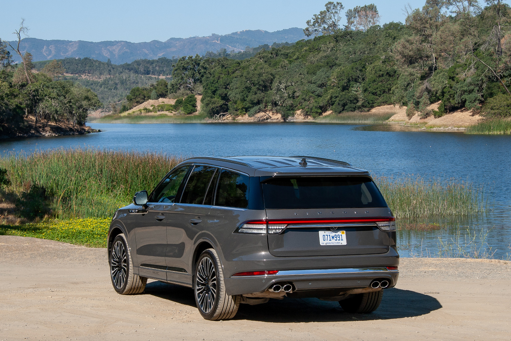 lincoln-aviator-2020-04-angle--exterior--grey--rear.jpg