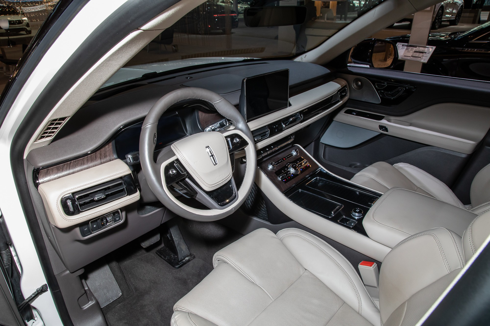 lincoln-aviator-reserve-awd-2020-3-front-row--interior.jpg