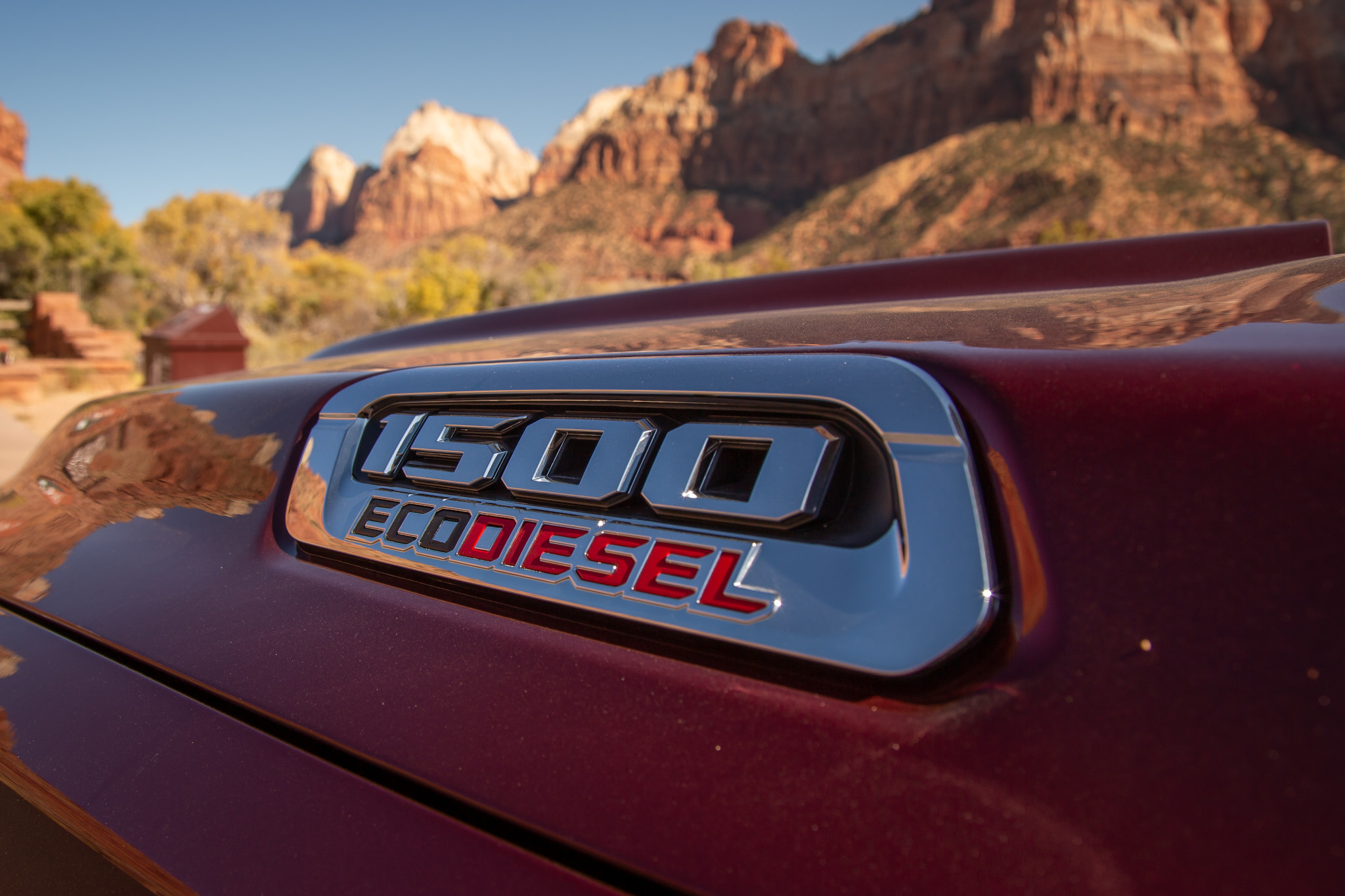 ram-1500-eco-diesel-2020-03-badge--exterior--mountains--red.jpg
