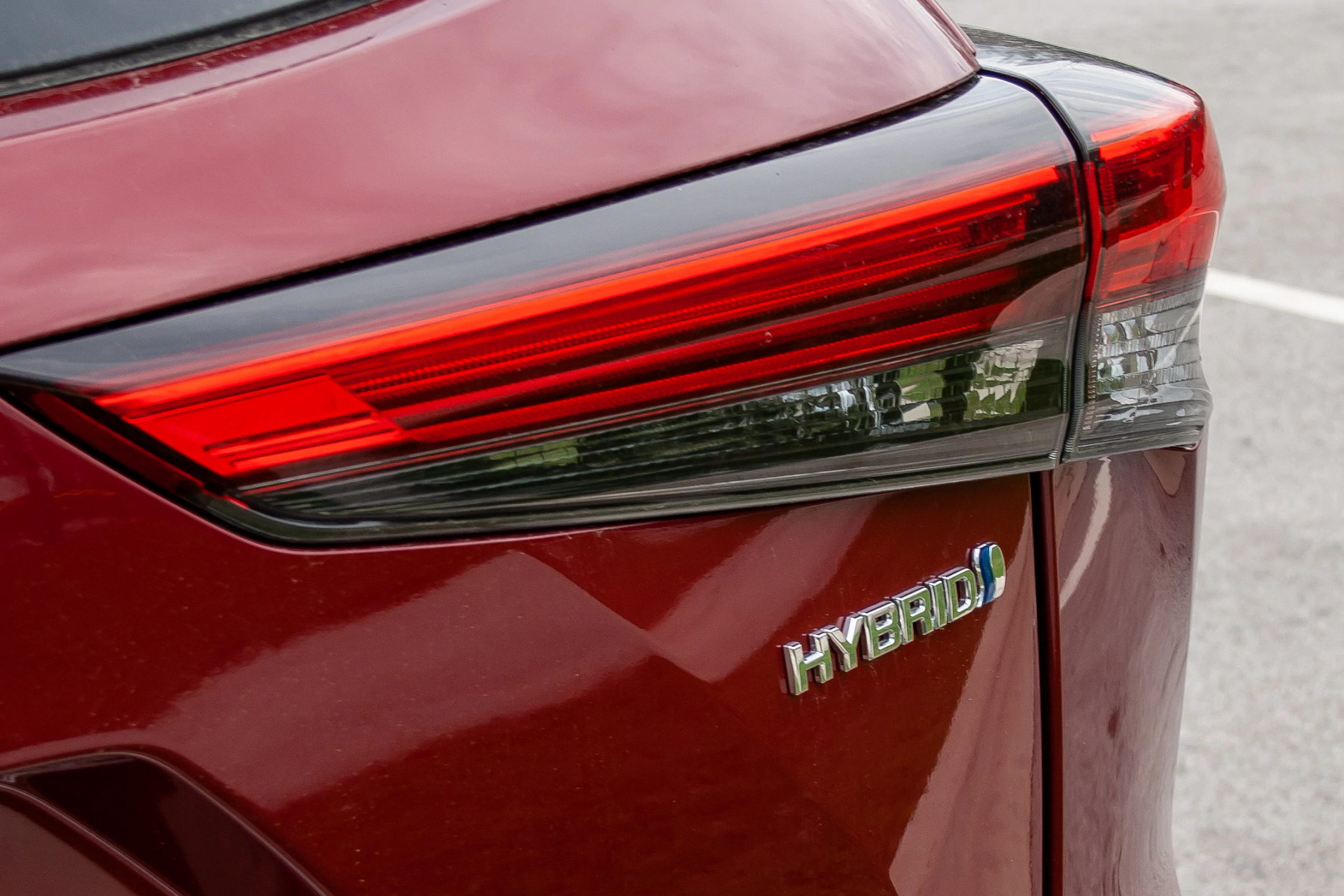 toyota-highlander-hybrid-2020-03-badge--exterior--red--taillights.jpg