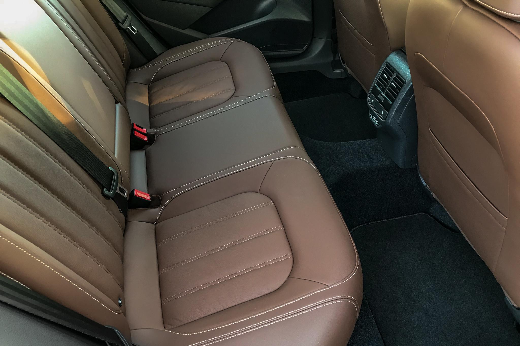 volkswagen-passat-2020-17-interior--second-row.jpg