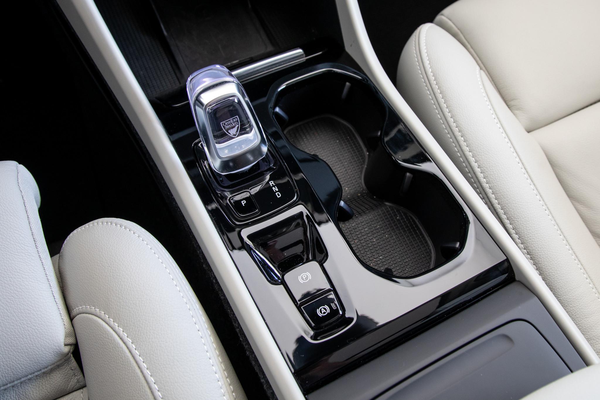 volvo-xc40-2019-27-center-console--front-row--interior.jpg