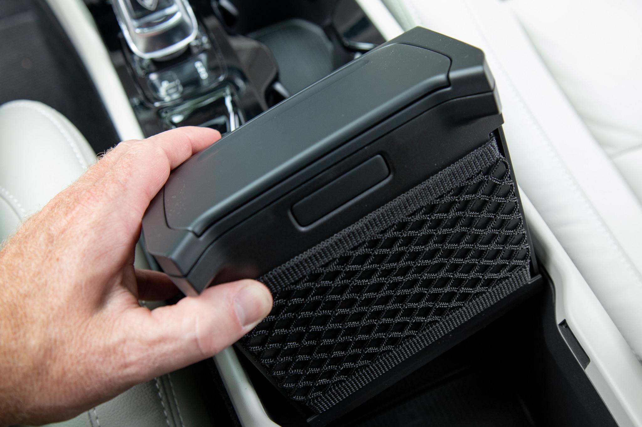 volvo-xc40-2019-41-center-console--front-row--interior--storage.jpg