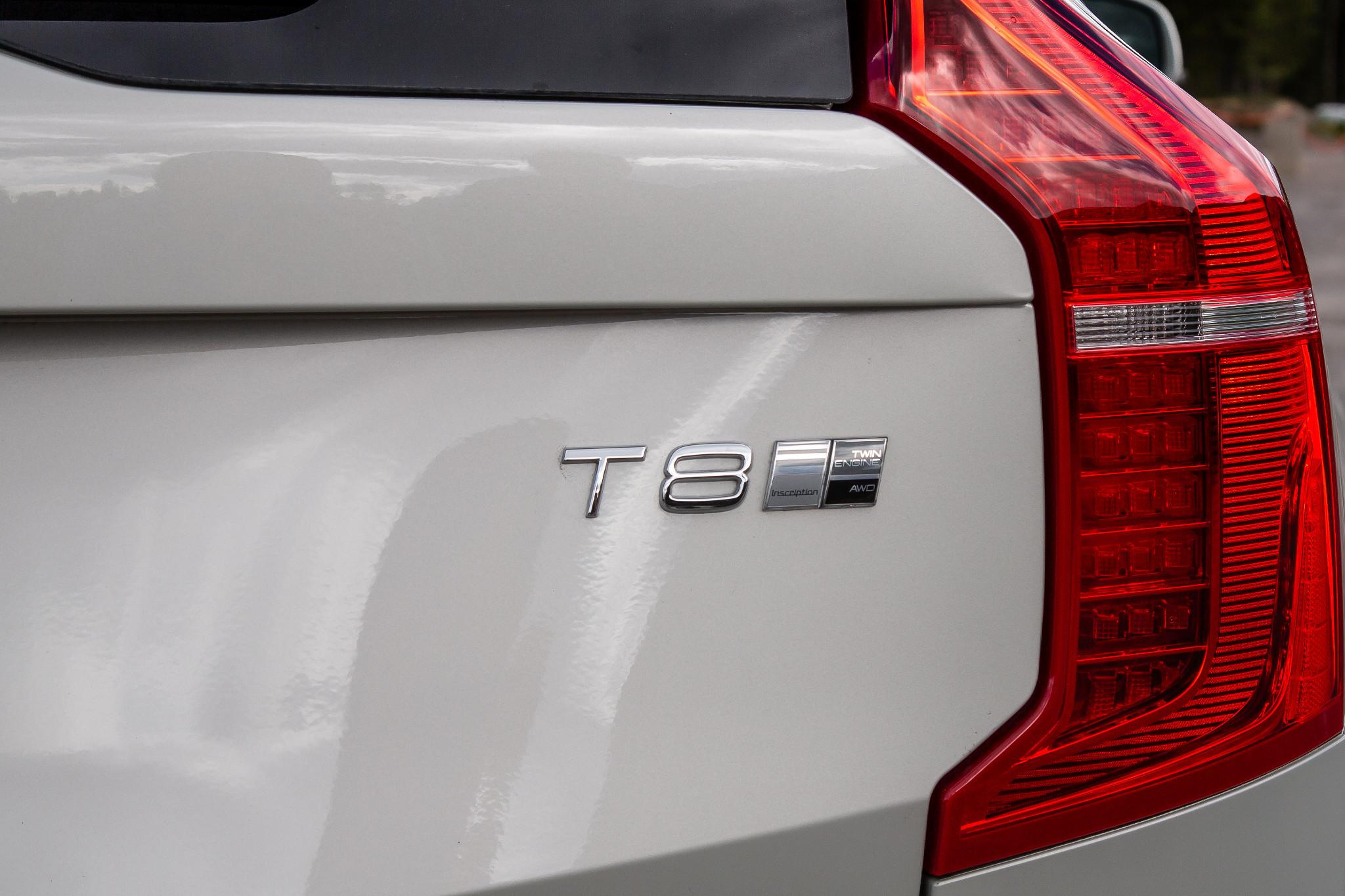 volvo-xc90-t8-inscription-2020-08-badge--exterior--rear--taillights--white.jpg